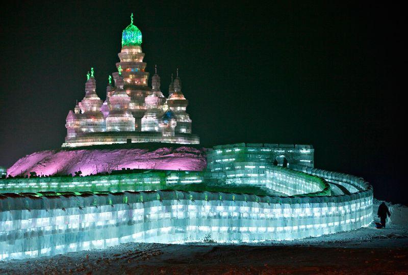 Турист, прибывший на лечение в Китае, пришел посмотреть на ледяную скульптуру 26-го Международного фестиваля снега и льда в Харбине, провинция Хэйлунцзян, Китай, 3 января 2010 года. (REUTERS/Aly Song)