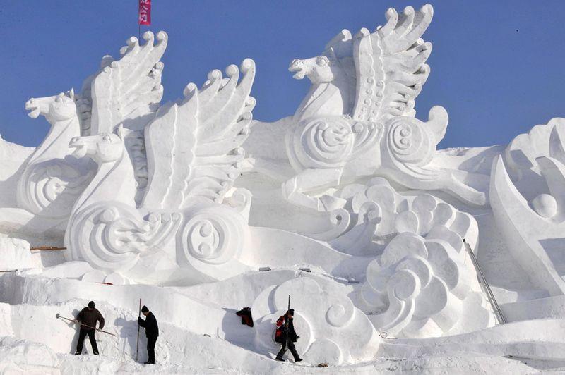 Рабочие делают скульптуры из снега перед фестивалем в Харбине 18 декабря 2009 года. (REUTERS/Sheng Li)
