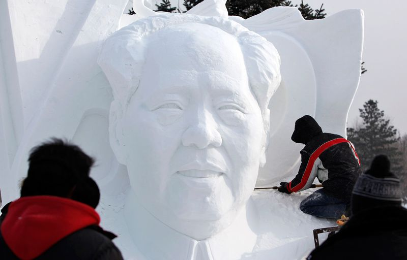 Рабочий вырезает из снега фигуру покойного китайского лидера Мао Цзедуна на Международном фестивале снега и льда в Харбине 5 января 2010 года. (REUTERS/Aly Song (CHINA - Tags: ENVIRONMENT SOCIETY TRAVEL)