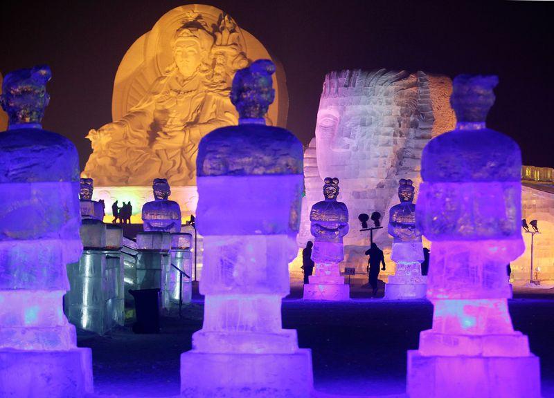 Люди пришли посмотреть на ледяные скульптуры в парке Харбина ночью 3 января 2010 года. (REUTERS/Aly Song)