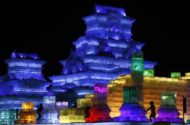 Ледяные скульптуры подсвечиваются изнутри на ежегодном фестивале снега и льда в северо-восточной провинции Китая Хэйлунцзян 5 января 2010 года. Сказочные замки, возвышающиеся пагоды и даже египетский сфинкс в ледяном обличии – все это можно увидеть в этом году на фестивале. (STR/AFP/Getty Images)