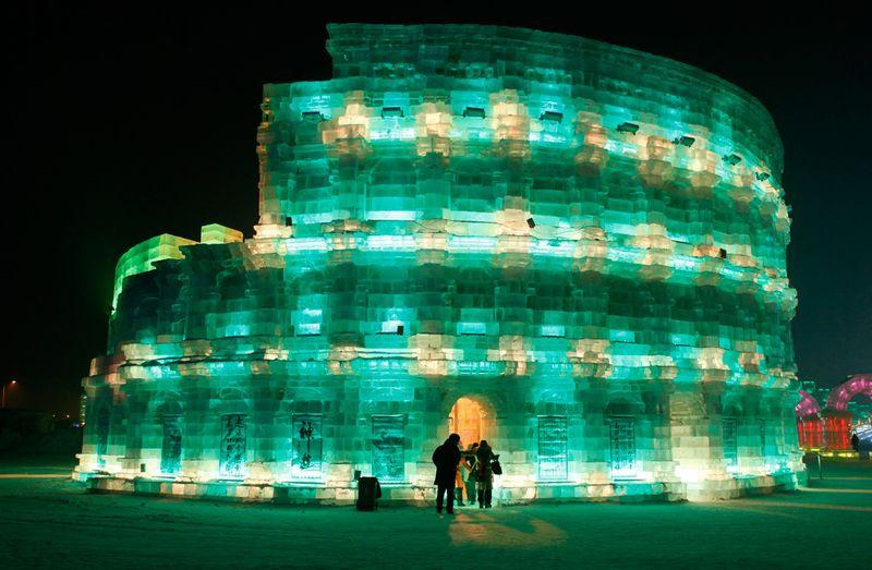 Люди пришли в ледяной Колизей на фестивале снега и льда в Харбине 3 января 2010 года. (REUTERS/Aly Song)