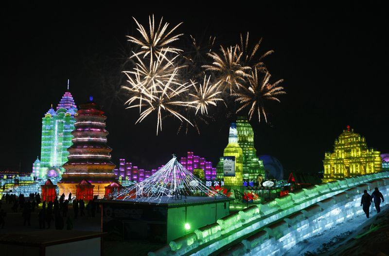 Салют освещает небо, знаменуя открытие Международного фестиваля снега и льда в Харбине 5 января 2010 года. (STR/AFP/Getty Images)