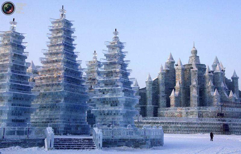 Рабочий проходит мимо ледяных скульптур на фестивале. (REUTERS/David Gray)
