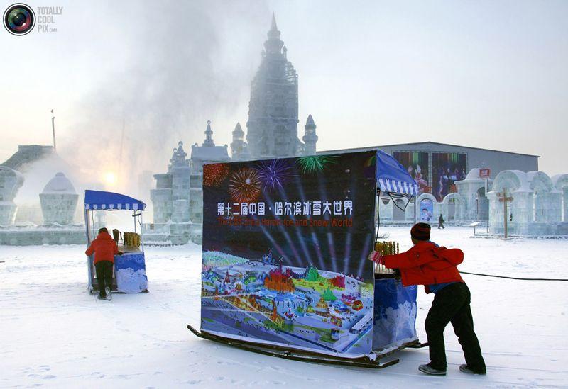 Торговцы толкают свои лотки, готовясь к наплыву посетителей фестиваля. (REUTERS/David Gray)