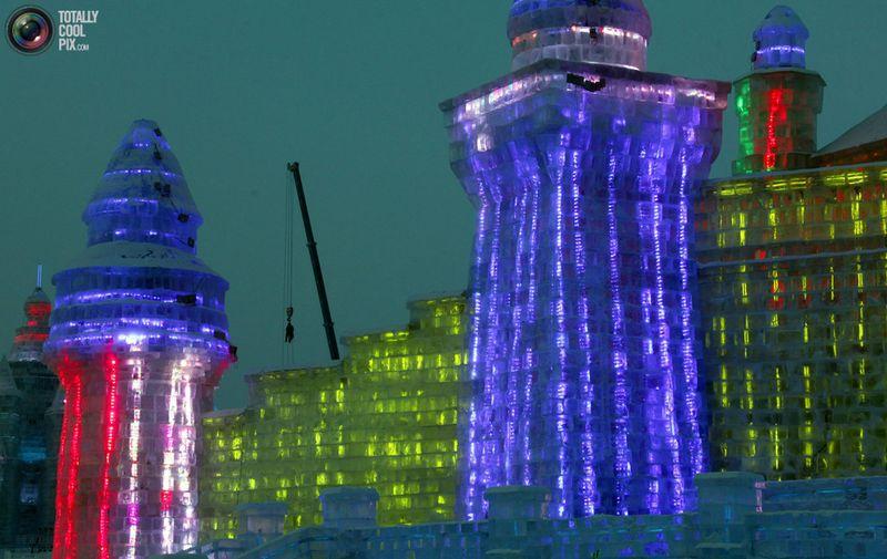 Рабочий на кране завершает скульптуру изо льда перед началом фестиваля, открытие которого состоялось 5 января. (REUTERS/David Gray)