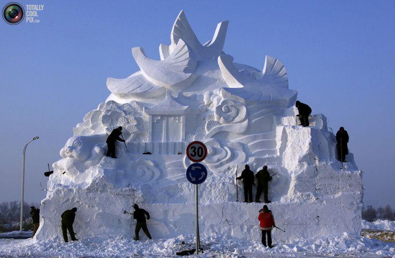 Рабочие наводять последние штрихи на большой скульптуре из снега. (REUTERS/David Gray)