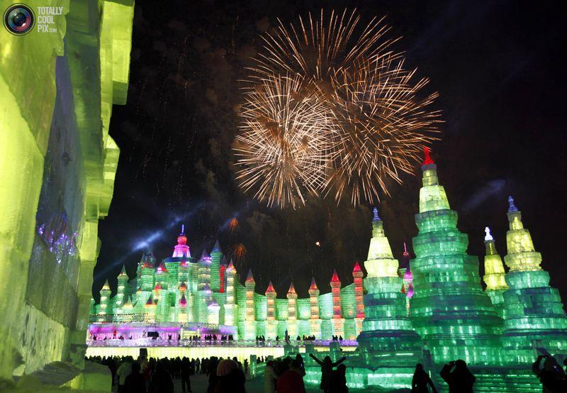 Салют на фестивале в Харбине. (REUTERS/David Gray)