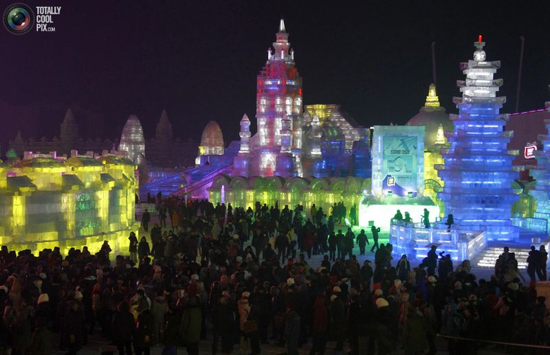 Посетители фестиваля снега и льда в Харбине. (REUTERS/David Gray)