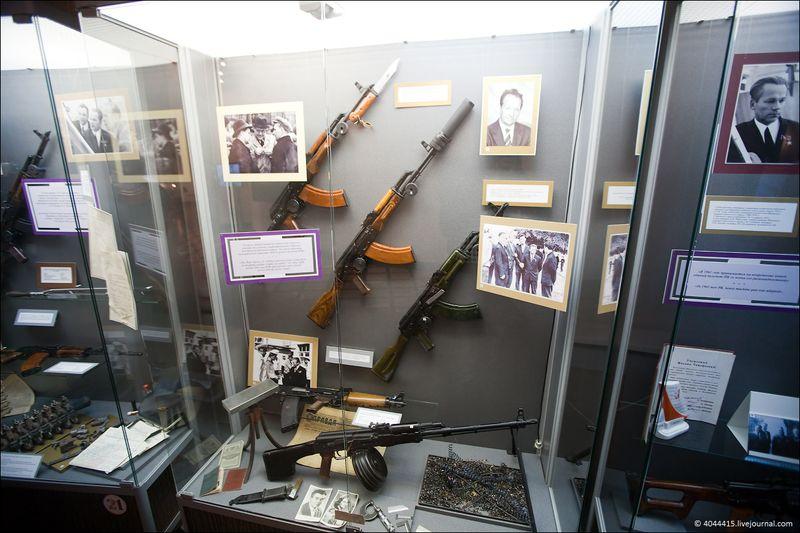 5. Несколько автоматов АКМ (7.62-мм): со складывающимся прикладом и ножом; с прибором бесшумной и беспламенной стрельбы (ПББС); пограничный вариант (для купания в фонтане 28 мая); ручной пулемет Калашникова; опытный автомат АЛ-2 (Автомат Легкий) (разрабатывался в 1964 году со схемой автоматики, размещенной в компоновке bull-pupp)