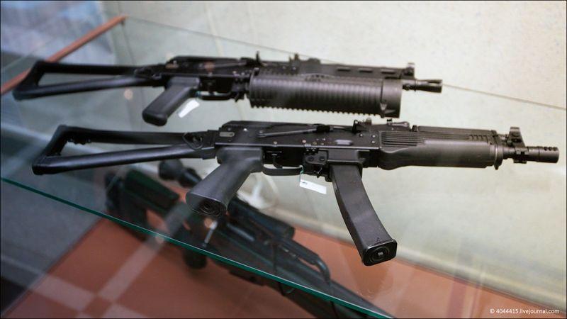 """11. Пистолеты-пулеметы """"Бизон-2"""" (со шнековым магазином на 66 патронов 9-мм ПМ) и """"Витязь-СН"""" (под калибр НАТО - 9-мм Парабеллум)"""