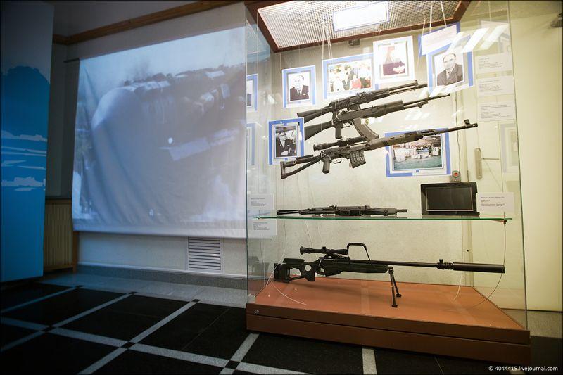 13. Сверху - автоматы АК-108 и Автомат Никонова АН-94. На нижней полке - новая Снайперская винтовка СВ-98
