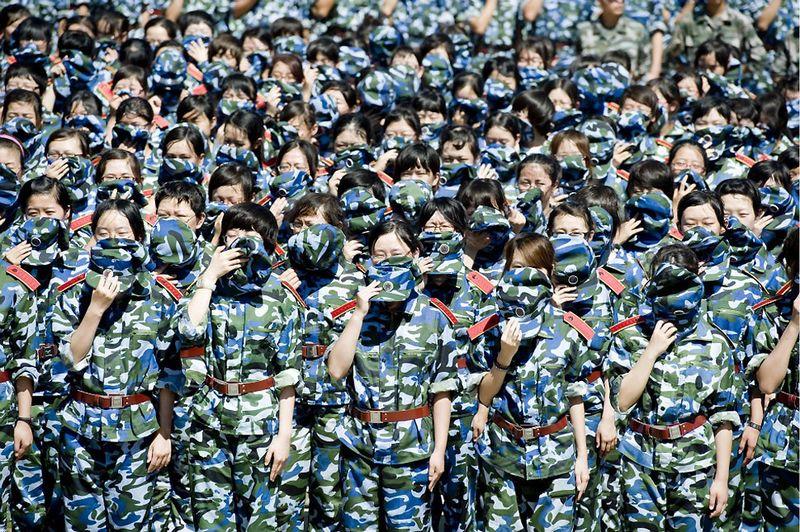 4. Перед началом нового семестра в крупнейшем университете Китая, Пекинском университете, студенты обучаются мерам противопожарной безопасности. Пекин, 22 августа. (AFP/AFP/Getty Images)