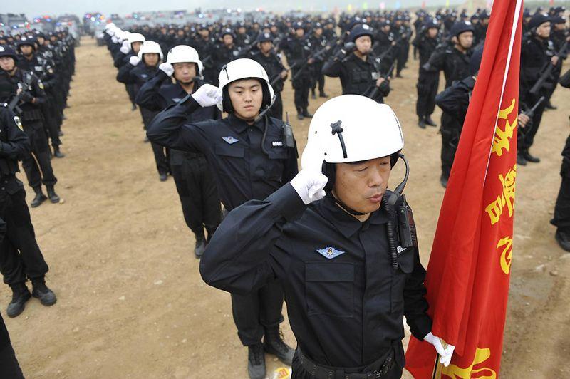 7. Учения «специальной полиции» в Пекине. По заявлению пекинских властей специальная полиция накануне годовщины событий 2009 года в Синьцзяне смогла задержать целую группу злоумышленников, готовившую крупный теракт. (STR/AFP/Getty Images)