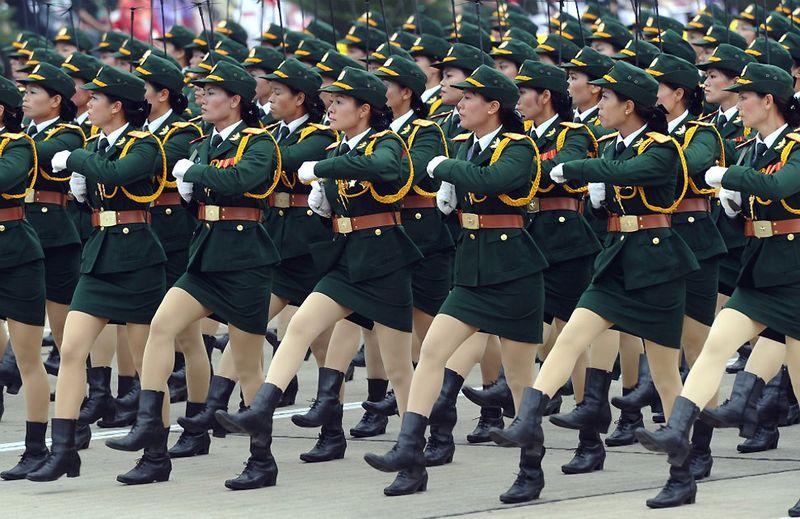 13. Военный парад 10 октября в честь тысячелетия Ханоя, столицы Вьетнама. Военнослужащие проходят торжественным маршем мимо мавзолея первого президента Вьетнама Хо Ши Мина на площади Бадинь. (HOANG DINH NAM/AFP/Getty Images)