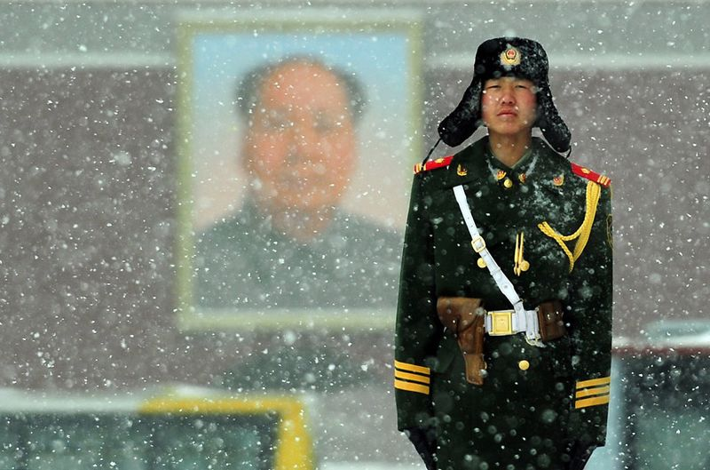 14. 8 марта, площадь Тяньаньмэнь. Полицейский дежурит на своем посту. (FREDERIC J. BROWN/AFP/Getty Images)