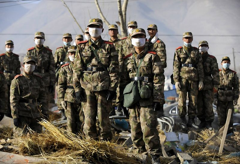 15. Солдаты Народно-освободительной армии Китая во время спасательной операции после разрушительного землетрясения в уезде Юйшу провинции Цинхай. Во время землетрясения 14 апреля 2010 года в Китае погибло более 2000 человек, и свыше 12000 получили ранения. (LIU JIN/AFP/Getty Images)