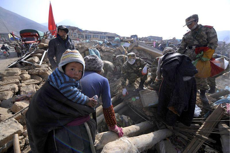 16. Солдаты разбирают завалы. Древний тибетский поселок Цзегу уезда Юйшу очень сильно пострадал во время землетрясения 2010 года. (LIU JIN/AFP/Getty Images)