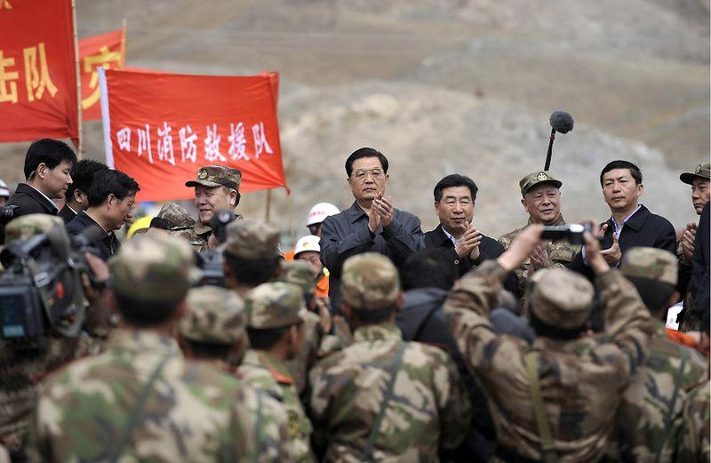 17. Председатель КНР Ху Цзиньтао инспектирует ход восстановительных работ после землетрясения в одной из китайских провинций. (LIU JIN/AFP/Getty Images)