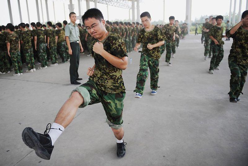 19. Китайские студенты проходят строевую подготовку. (STR/AFP/Getty Images)