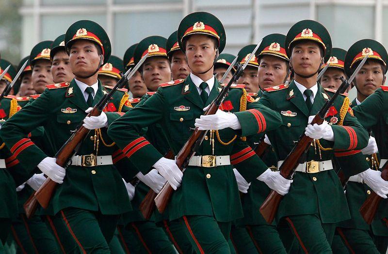 21. Группа почетного караула марширует во время церемонии приветствия перед встречей министров обороны Ассоциации государств Юго-Восточной Азии в Ханое, 12 октября. (NGUYEN HUY KHAM/AFP/Getty Images)