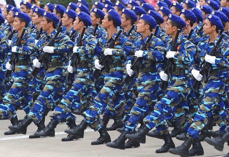 22. Вьетнамские морские полицейские проходят торжественным маршем перед мавзолеем Хо Ши Мина. 10 октября (HOANG DINH NAM/AFP/Getty Images)