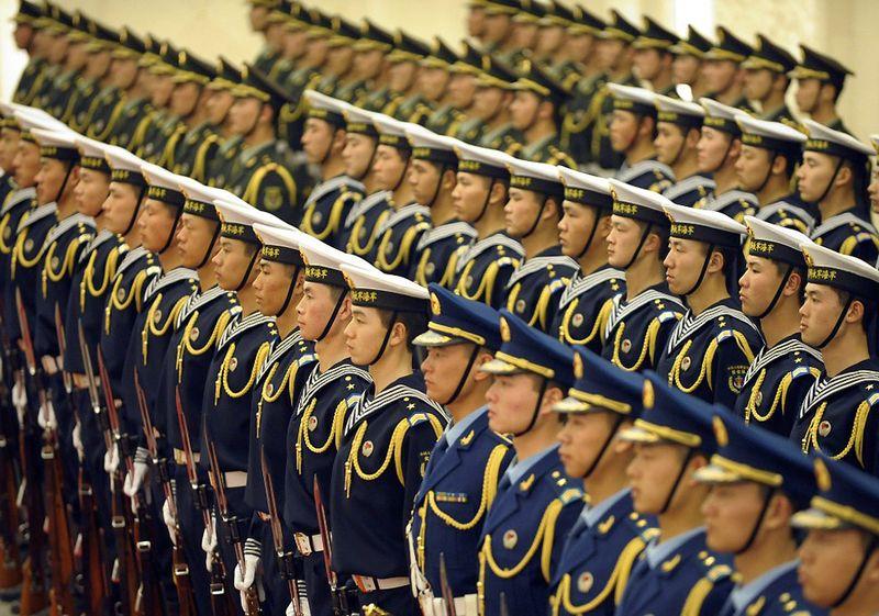 23. Строй почетного караула Народно-освободительной армии Китая на церемонии приветствия в Пекине замбийского президента Рупии Банды. 25 февраля. (LIU JIN/AFP/Getty Images)