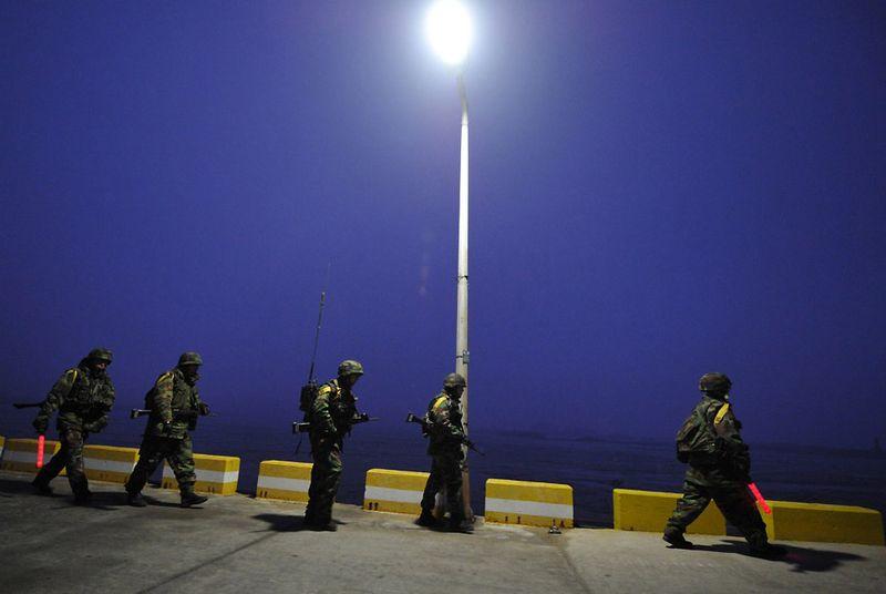 24. 1 декабря. Морские пехотинцы Южной Кореи патрулируют побережье острова Енпхендо, входящего в группу островов со спорной территориальной принадлежностью. Этот остров подвергся артиллерийскому обстрелу со стороны Северной Кореи 23 ноября 2010 г.По острову было выпущено не менее 200 снарядов. (KIM JAE-HWAN/AFP/Getty Images)