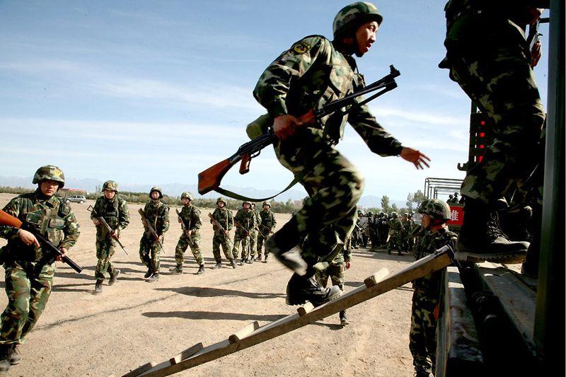 28. Учения китайской полиции, проходившие 18 июня в многонациональном автономном районе Синьцзян. В этом районе часто вспыхивают национальные восстания коренного уйгурского населения. (STR/AFP/Getty Images)