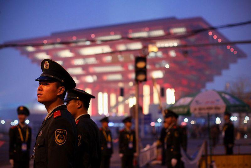 29. Полицейские несут дежурство у Китайского павильона на выставке Экспо 2010. 19 апреля. (Feng Li/Getty Images)