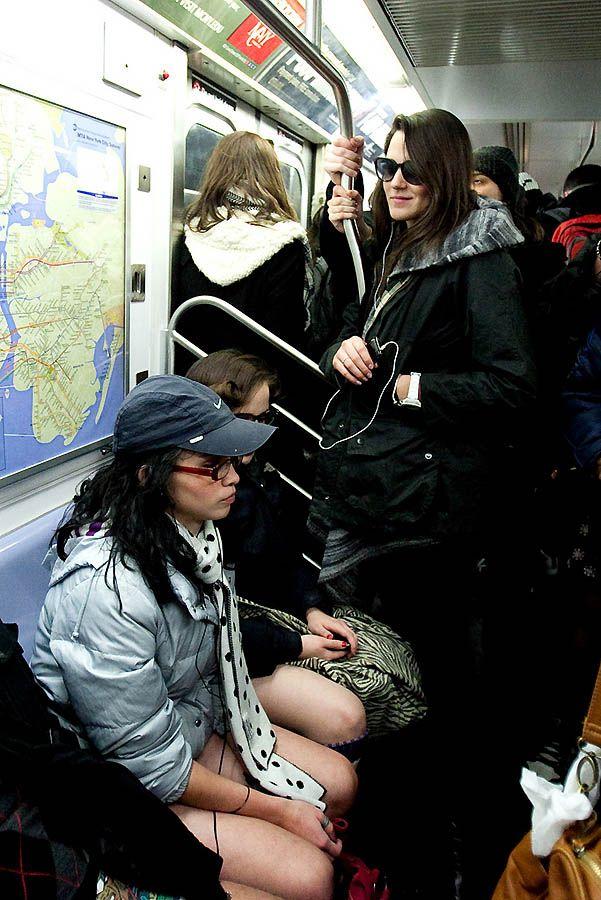 Фотографии в метро между ног