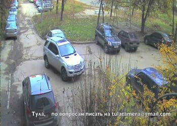 Девушка на ML выезжает с парковки