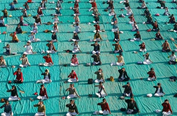 Массовая йога в Ахмадабаде (6 фото)