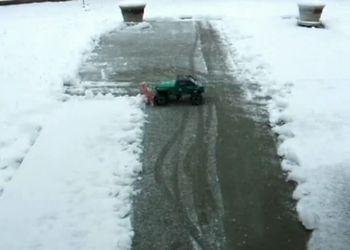 Почистить снег во дворе, не вставая с кресла