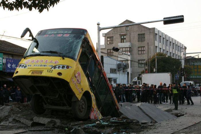 Автобус провалился под асфальт (5 фото)