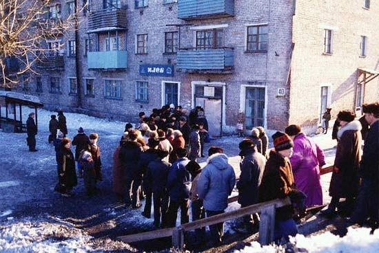 Типичный универсам времен СССР. Отдельное строение, как правило весьма причудливых форм. Дизайнеры старались.  Эти помещения с развалом СССР первыми стали превращаться в подобие современных супермаркетов.      Помимо универсамов, в жилых районах были магазины меньших размеров - гастрономы. Часть из них была также универсальными  Но было много магазинов, продающих узкие группы товаров.