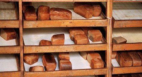 """Магазин """"Хлеб"""" или """"Булочная"""". В них как правило стояли специальные деревянные или металлические стеллажи на колесах, в которые вставлялись деревянные лотки. Они располагались под небольшим углом в покупателю. На этих лотках лежал формовой хлеб и хлеб кирпичиком, батоны, рогалики и обязательно бутербродные булочки. Часто рядом лежала, а чаще висела привязанная металлическая ложка для определения свежести хлеба."""