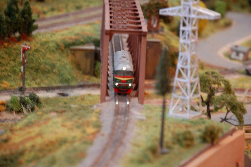 4. Движущийся локомотив. Запускали его конкретно в заснятый момент даже не для зрителей, а, скорее, дабы проверить работу рельсов.