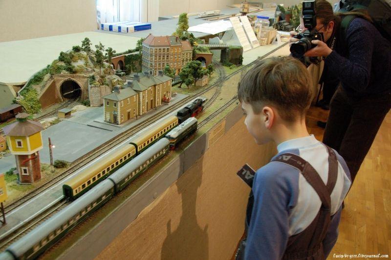 16. Ух ты! – думает мальчик (которого привел папа – московский адвокат) глядя на движущиеся на нереальном скорости, сравнимой со скоростью звука, поезда с вагонищами :)
