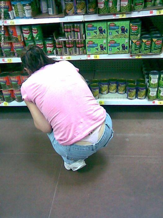 В магазине у женщин видно трусы