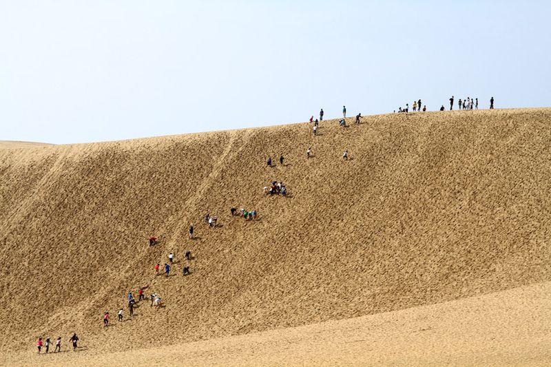 Склоны барханов были истоптаны сотнями и тысячами ног, поднимающихся на них людей...
