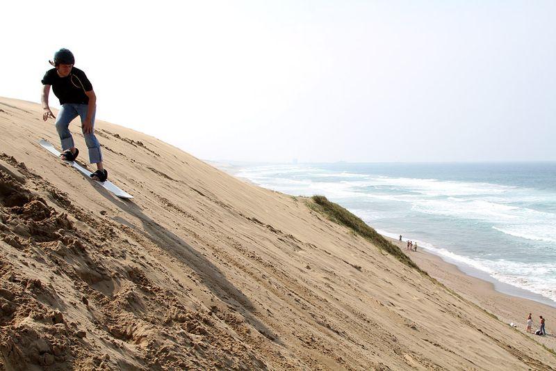 К радости сильного пола нашей группы нам предложили покататься с песчаных гор на доске… Сендбординг понимаешь ли… Доехать до конца получалось не всегда, но удовольствия масса…