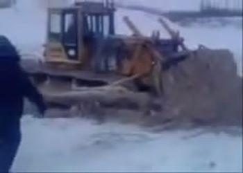 Машинист бульдозера утонул под объективом камеры друзей