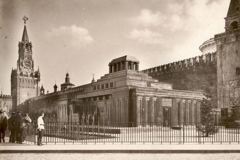 Его сменил второй деревянный мавзолей, построенный в 1925 году. С трибуной наверху. Обратите внимание Спасскую Башню. Её венчает двуглавый орел.