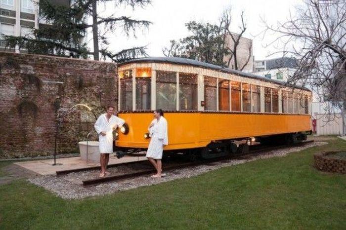 Что можно сделать из старого трамвая? (4 фото)