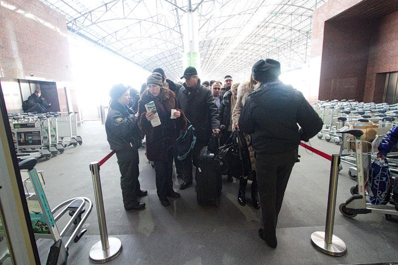 Вход в аэропорт теперь украшают два милиционера