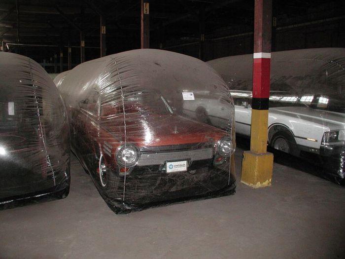 Необычный способ хранения ретро-каров в Детройте (8 фото)