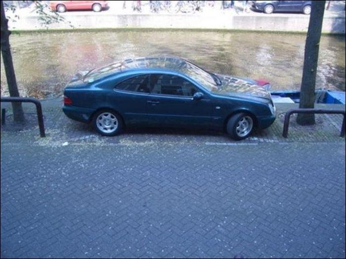 Мастер парковки из Амстердама (2 фото)