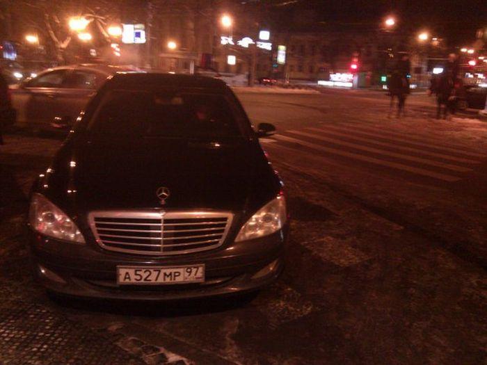 Автомобиль правительства на пешеходном переходе (2 фото+видео)