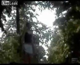 Девушка очень неудачно прыгнула в воду